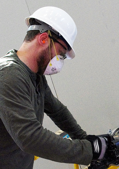 Worker wearing a respiratory mask and hard hat
